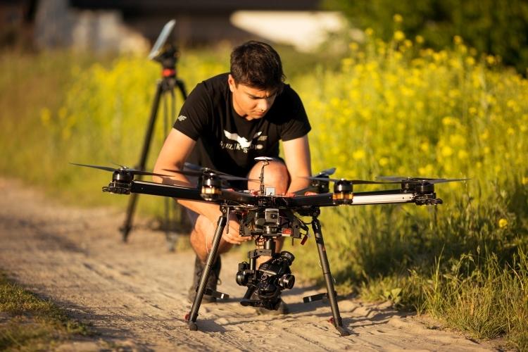 bielikdrony-usługidronem-zlotuptaka-zpowietrza-filmowanie-inspekcje-transmisjaonline-lodz-warszawa-bielikstudio-damianrahman-angelablaszczyk-polska